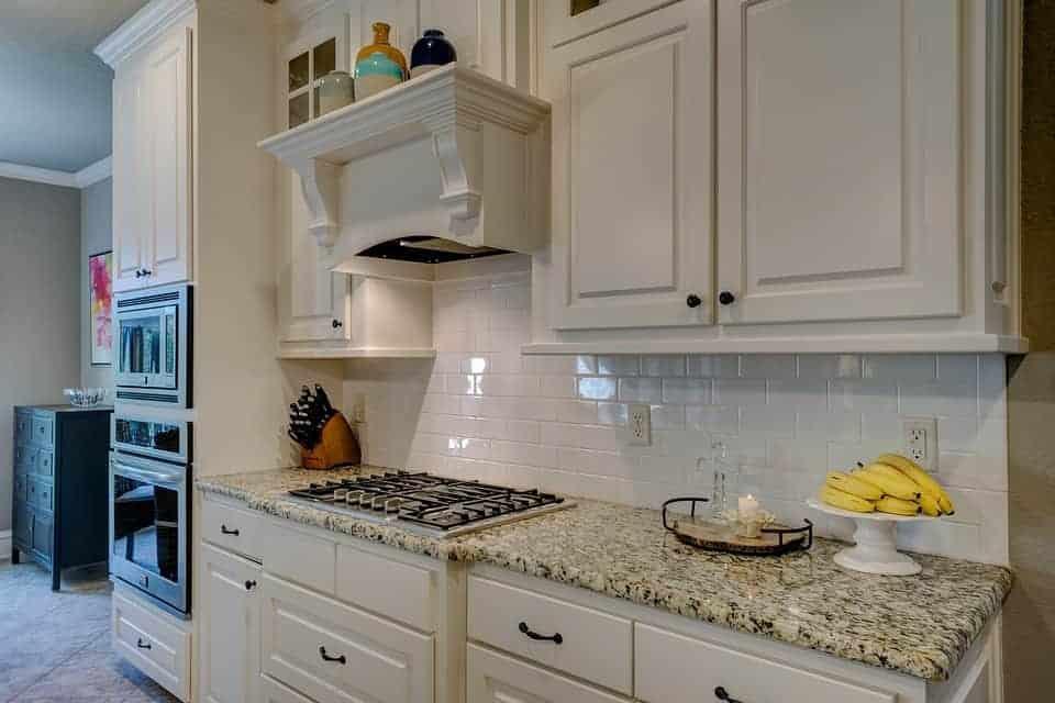 4 טריקים ליצירת מרחב במטבח קטן